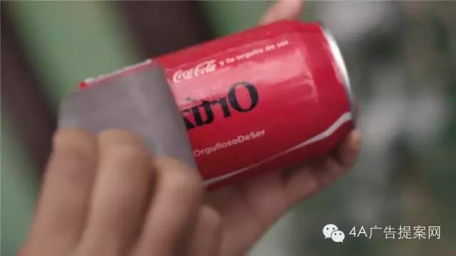 可口可乐在饮料罐上附上各种拉丁美洲姓氏的纹身贴纸,只要把可乐罐