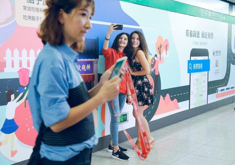 一夜爆红,这个地铁站凭啥吸粉中戏小花?